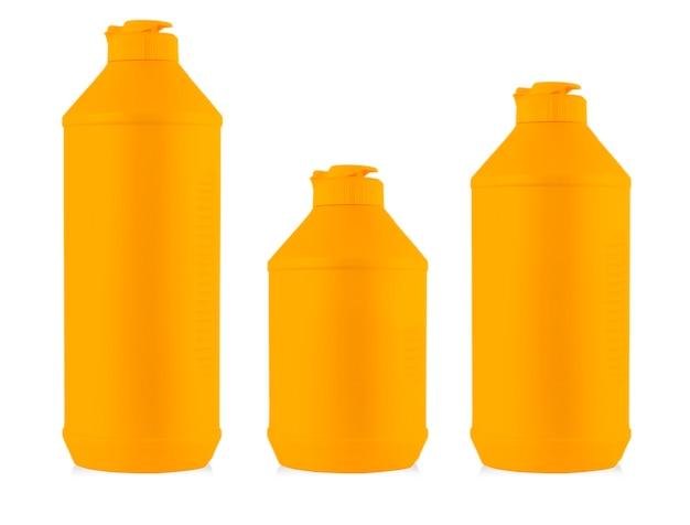 Bottiglie di plastica colorate con detersivo liquido per bucato, detergente, candeggina o ammorbidente isolato su sfondo bianco