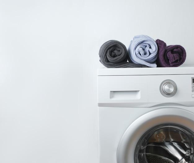 Maglioni laminati colorati sulla lavatrice