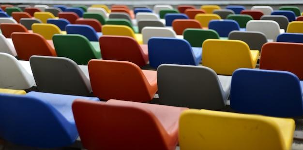 Sedili colorati su un campo di calcio