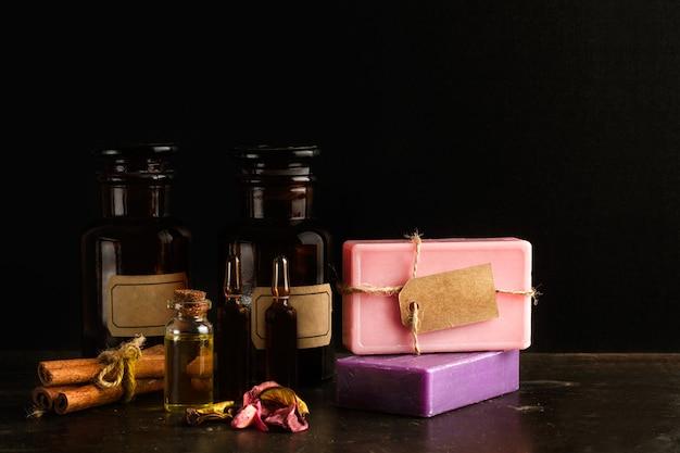 Saponette colorate con bottiglie farmacia o