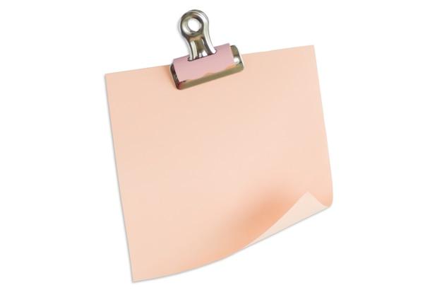 Adesivi colorati per le voci isolate su bianco.