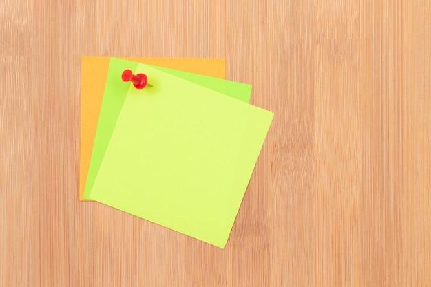 Note adesive colorate appuntate alla bacheca in legno