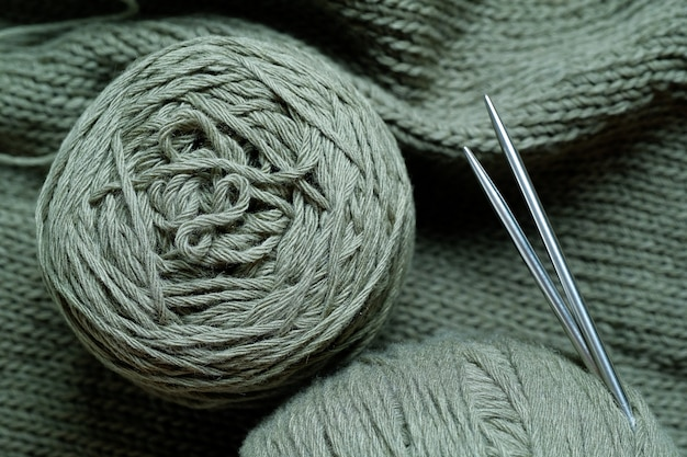 Fili colorati, matasse e gomitoli di lana italiana.