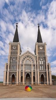 Ombrello colorato che mette davanti alla diocesi cattolica romana, luogo pubblico in chanthaburi, tailandia.