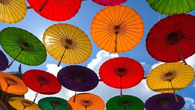 Ombrelloni colorati appesi sopra la strada