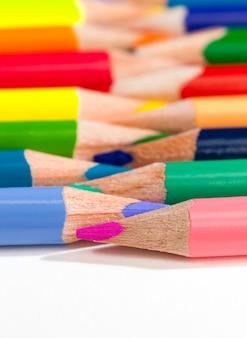 Matite colorate in legno con un colore diverso