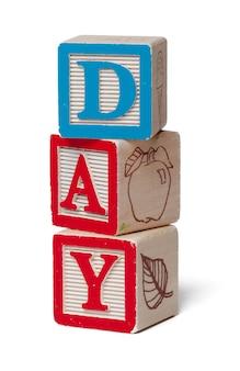 Blocchi alfabeto colorato. giorno di parola isolato su bianco