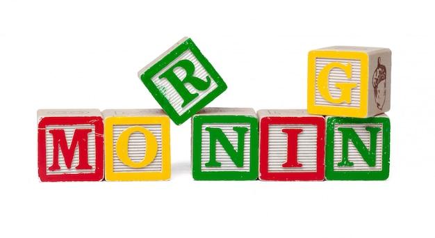 Blocchi alfabeto colorato. mattina di parola isolata su bianco