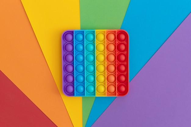 Giocattoli colorati antistress pop it sensoriali per bambini su sfondo multicolore