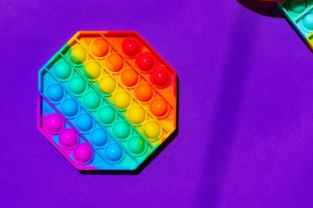 Colorato giocattolo pop-it antistress su viola
