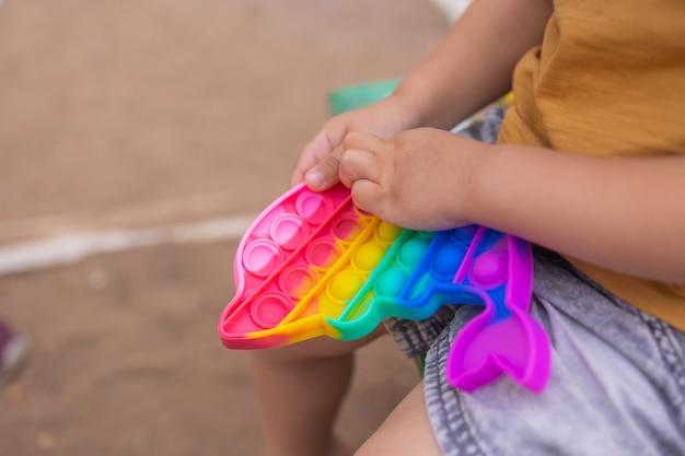 Colorato giocattolo sensoriale antistress agitarsi push pop it nelle mani dei bambini antistress trendy pop it giocattolo arcobaleno agitarsi sensoriale nuovo giocattolo alla moda in silicone forma delfino