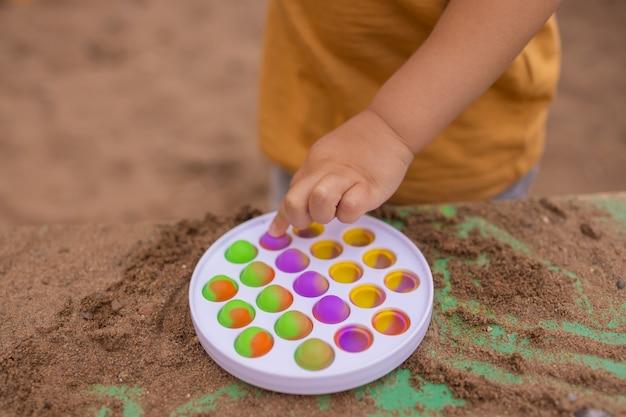 Giocattolo sensoriale antistress colorato fidget push pop nelle mani dei bambini antistress pop it toy arcobaleno sensoriale fidget nuovo giocattolo in silicone alla moda