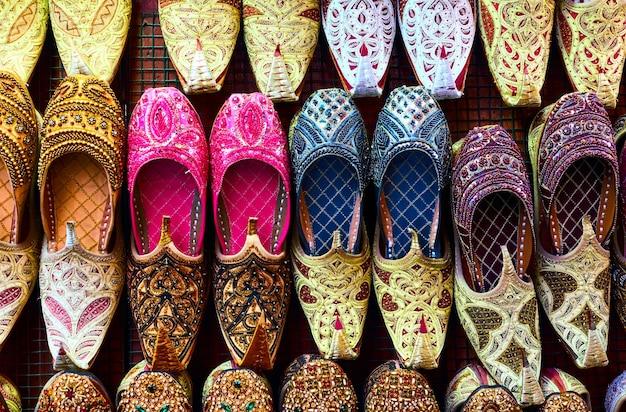 Primo piano delle scarpe di babbucce arabe colorate