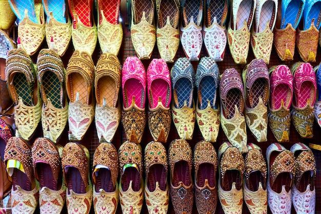 Scarpe colorate di babbucce arabe alla bancarella del mercato