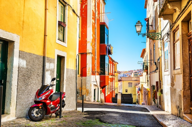 Architettura colorata a lisbona, portogallo. vista sulle colline del centro storico. famosa destinazione di viaggio