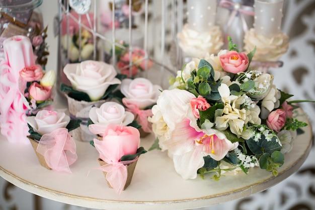 Colorato di decorazioni floreali artificiali
