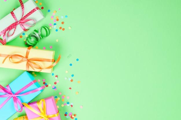 Coriandoli colorati assortiti con serpentino e scatole regalo