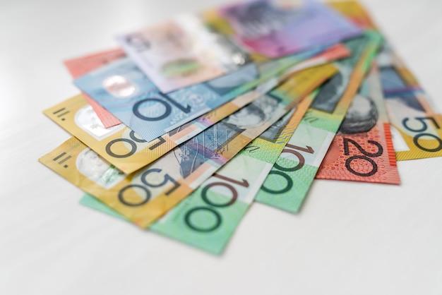 Dollari australiani variopinti che mettono sulla tavola di legno