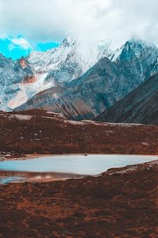Colorato nella foresta autunnale e nella montagna innevata nella riserva naturale di yading, l'ultimo shangri la