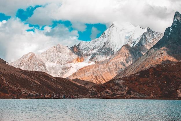 Colorato nella foresta di autunno e nella montagna della neve nella riserva naturale di yading
