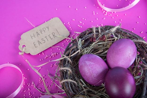 Sfondo colorato con uova di pasqua su sfondo di lavanda.