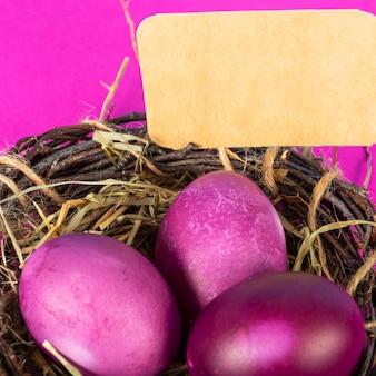 Sfondo colorato con uova di pasqua su sfondo rosa. felice pasqua concetto. può essere utilizzato come poster, sfondo, biglietto di auguri. appartamento laico, vista dall'alto, copia dello spazio. foto di studio