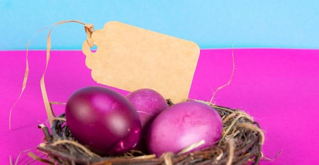 Sfondo colorato con uova di pasqua su sfondo rosa e blu. felice pasqua concetto. può essere utilizzato come poster, sfondo, biglietto di auguri. appartamento laico, vista dall'alto, copia dello spazio. foto di studio