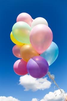 Palloncini colorati realizzati con un effetto filtro instagram retrò. concetto di felice giorno di nascita in estate e matrimonio, festa in luna di miele. stile tono di colore vintage.