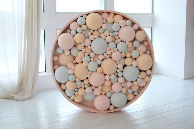 Palline colorate. bolle rosa e blu. decorazioni per matrimoni. concetto di arredamento per le vacanze.