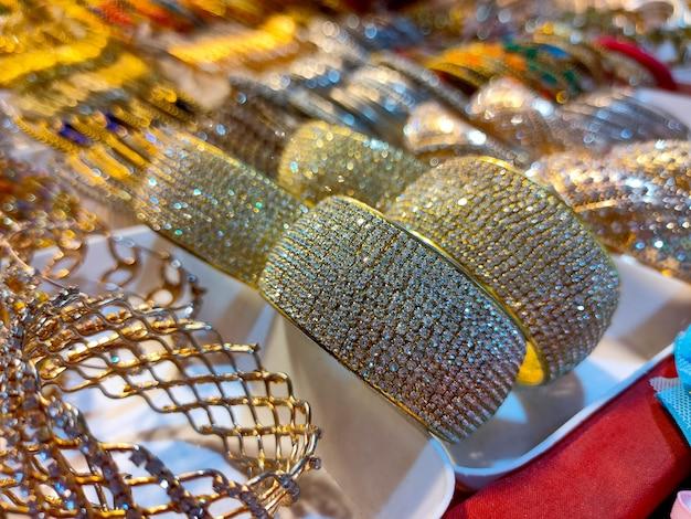 Braccialetti colorati da un negozio in bangladesh sfondo di braccialetti colorati impilati con glitter