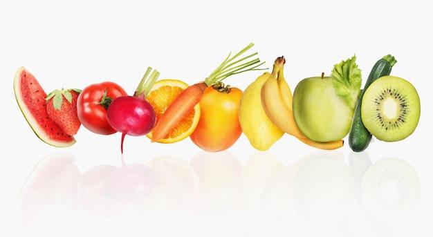 Striscione colorato di frutta e insalata su sfondo bianco. concetto di cibo sano