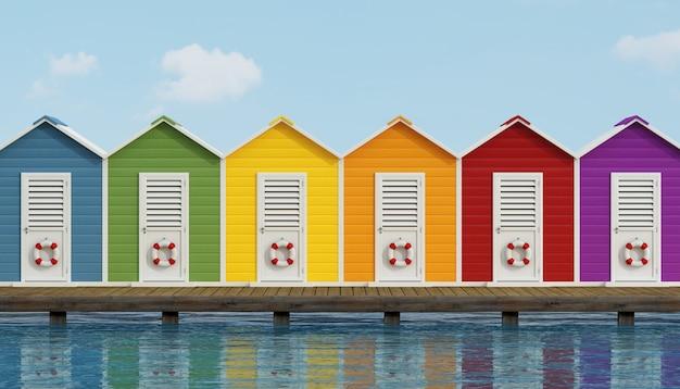 Cabine colorate sulla spiaggia sul molo di legno