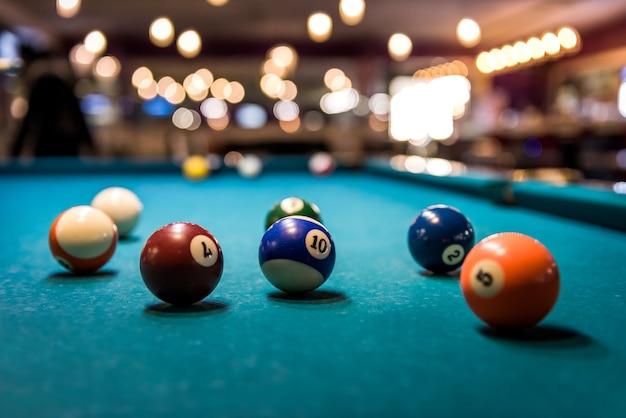 Palle da biliardo colorate sul tavolo da gioco, disperse