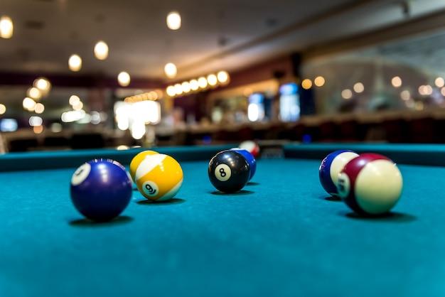 Palle da biliardo colorate sul tavolo, gioco e gioco d'azzardo