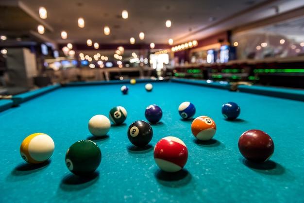 Palle da biliardo colorate sul tavolo in pub