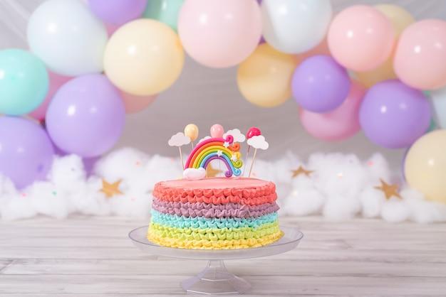 Torta di compleanno colorata. torta arcobaleno con palloncini colorati pastello. festa di compleanno.