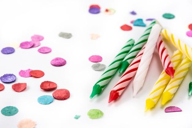 Candele colorate di compleanno isolate
