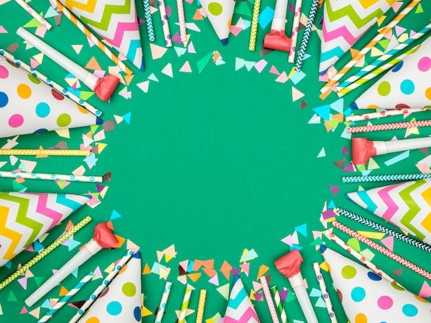 Cornice colorata di compleanno o carnevale con articoli per feste