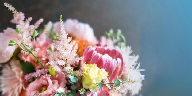 Mazzo di fiori sbocciato colorato
