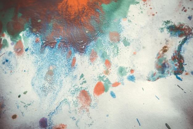 Macchie colorate che schizzano su uno sfondo bianco