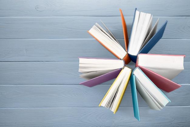 Collezione di libri colorati sullo sfondo.