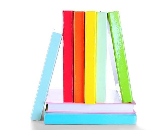 Libri colorati isolati su bianco