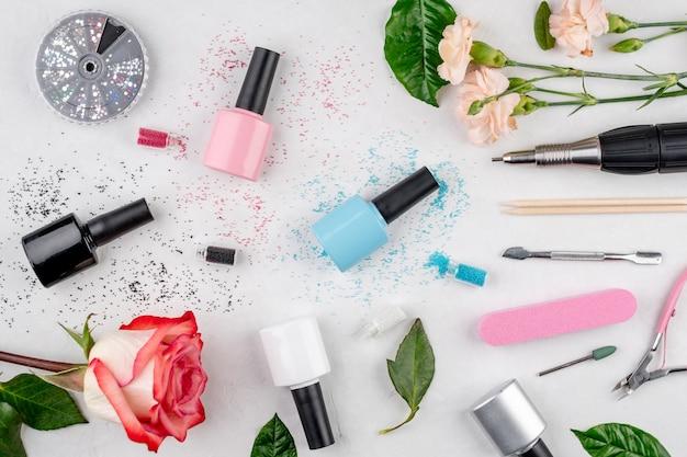 Bottiglie colorate di smalti per unghie e strumenti e accessori per procedure di manicure e pedicure