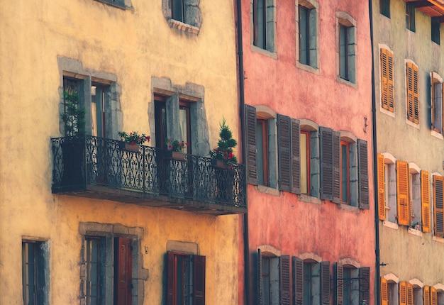 Edificio colorato e finestre nella città vecchia di annecy in francia