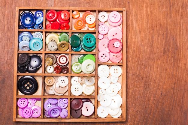 Bottoni colorati in scatola
