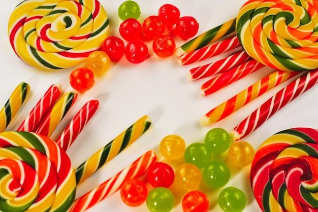 Sfondo di caramelle colorate. lecca-lecca. vista dall'alto.