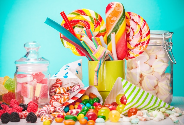 Caramelle colorate, gelatine e marmellate. isolato su sfondo