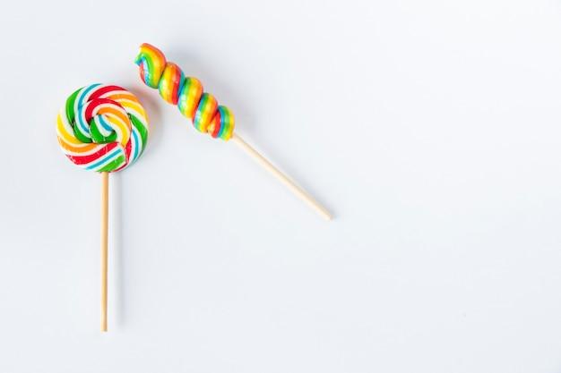 Caramelle colorate, lecca-lecca su sfondo bianco, multicolore