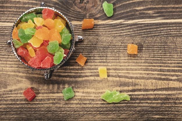 Caramelle colorate su un piatto