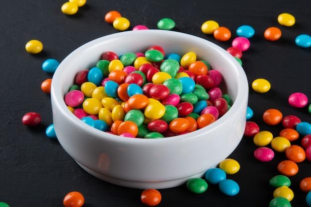 Caramelle colorate. sfondo di dolci colorati. sfondo nero.